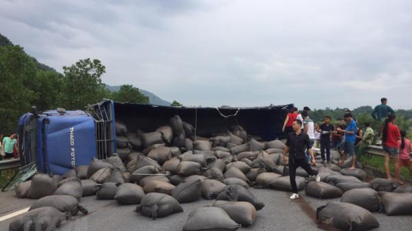 Cao tốc Nội Bài - Lào Cai ách tắc nhiều giờ vì lậ.t xe chở chè