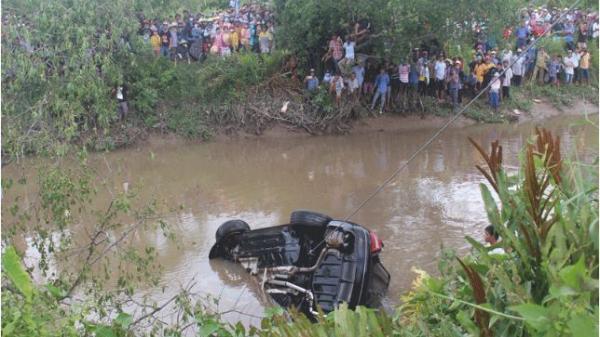 1 phụ nữ mang thai cùng 2 người khác chết trong xe Mercedes