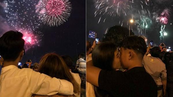 Đêm giao thừa cùng nhau ngắm pháo hoa, cả năm sẽ hạnh phúc bên nhau