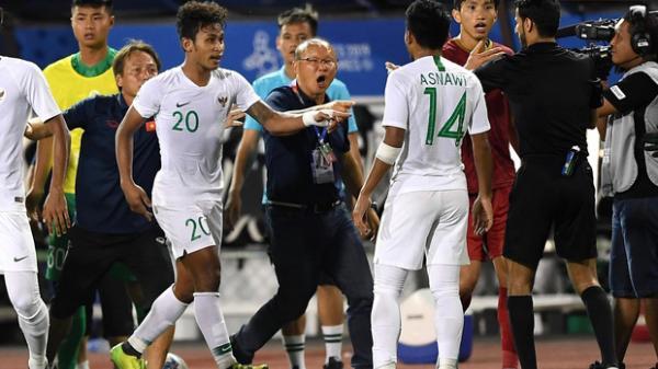 Tiến Linh xô xát rồi bị đội bạn vây kín, HLV Park Hang-seo lao ra bảo vệ học trò và hét lớn vào mặt cầu thủ U22 Indonesia