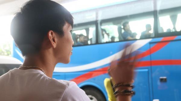 Xúc động cảnh Đoàn Văn Hậu chia tay đồng đội, ở lại Philippines một mình