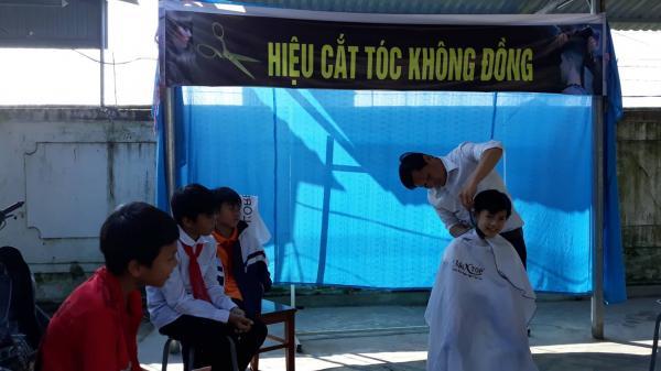"""""""Tiệm"""" tóc 0 đồng của thầy hiệu trưởng ở làng quê nghèo Hà Tĩnh"""