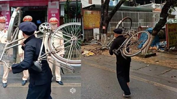 Người đàn ông vác luôn xe đạp lên vai đi qua chốt CSGT vì sợ bị phạt