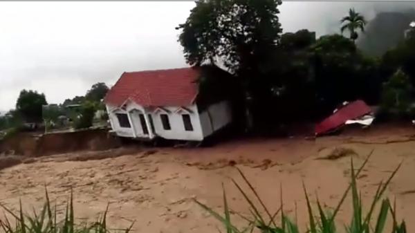 CLIP HOT: Kinh hoàng cảnh ngôi nhà cao tầng từ từ biến mất trong dòng nước xiết ở Sơn La