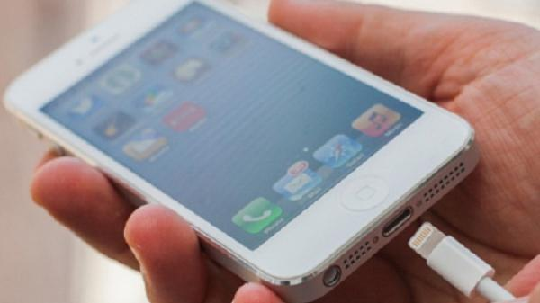 Vừa sạc vừa dùng điện thoại, nữ sinh lớp 9 bị điện giật tử vong