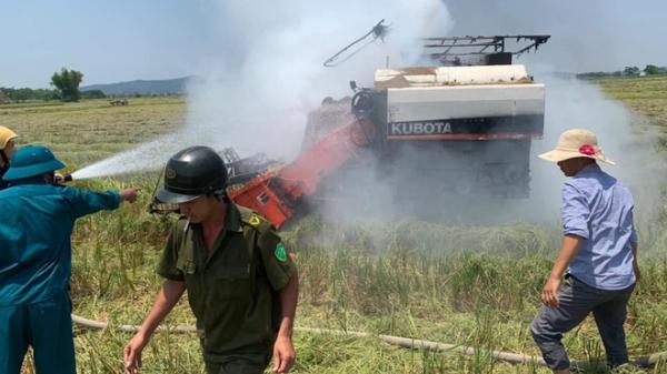 Nghệ An: Hy hữu, máy gặt lúa hơn nửa tỷ đồng bốc cháy dữ dội giữa trưa