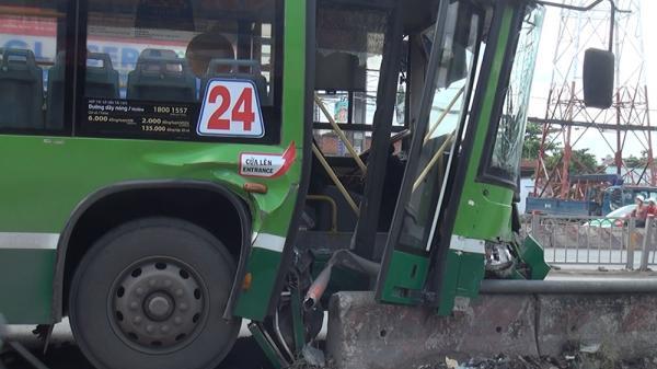 Xe buýt 'làm xiếc' trên quốc lộ, 4 hành khách nhập viện