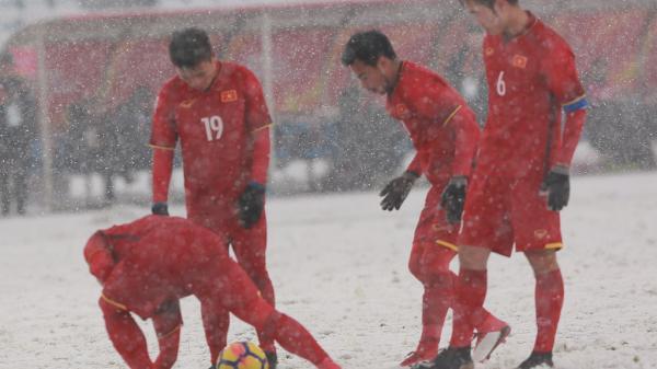 Khoảnh khắc đồng đội hô nhau gạt tuyết để Quang Hải sút phạt đẳng cấp