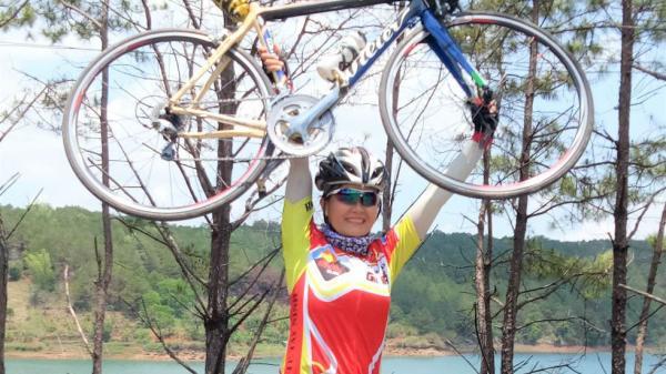 Tây Ninh: Nữ phượt thủ đạp xe ra thăm lăng Bác