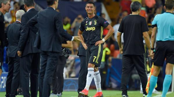 Ronaldo rơi nước mắt sau thẻ đỏ đầu tiên ở Champions League