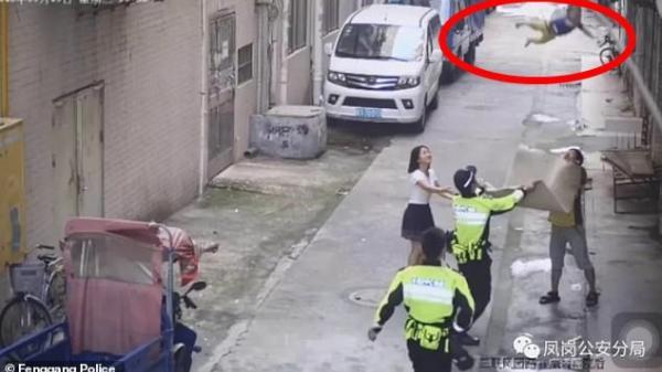 """Khoảnh khắc cảnh sát và người đi đường dùng chiếu """"hứng"""" được bé trai rơi từ trên dây điện xuống"""