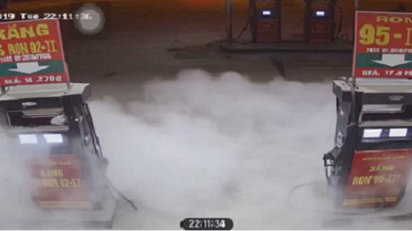 """VIDEO: Nam thanh niên bật lửa """"soi bình xăng"""" khiến xe máy bốc cháy dữ dội, nhiều người chứng kiến khiếp đảm"""