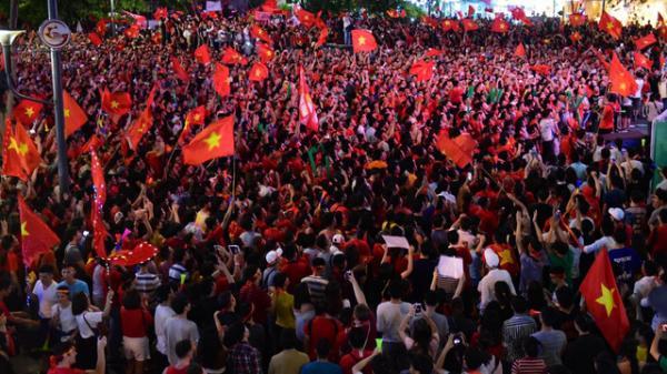Dời 5 màn hình LED từ phố đi bộ Nguyễn Huệ sang đường Lê Duẩn phục vụ người dân xem trận tứ kết