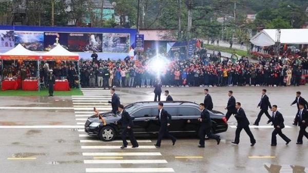 """""""Đội vệ sĩ chạy bộ"""" cạnh nhà lãnh đạo Kim Jong Un và sự thật về việc sẽ chạy từ Lạng Sơn về Hà Nội?!"""