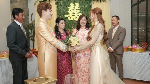 Con trai bịt mắt khi thấy Thu Thủy và chồng kém 10 tuổi hôn nhau trong lễ đón dâu