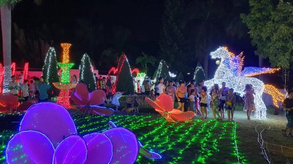 Video Lễ hội ánh sáng Tây Ninh: Nghìn người chen chân trong không gian lung linh của hàng trăm mô hình ánh sáng đèn Led