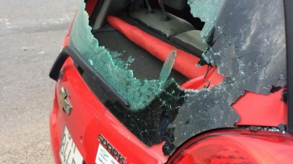 Tây Ninh: Mâu thuẫn trên đường, nam thanh niên đập kính xe taxi