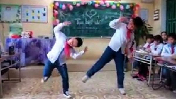 """Thái Bình: Học sinh tiểu học nhảy """"bống bống bang bang"""" chia tay cô giáo"""