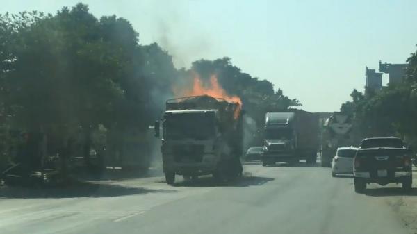 Clip: Xe tải chở hàng bất ngờ bốc cháy ngùn ngụt ở Thái Bình