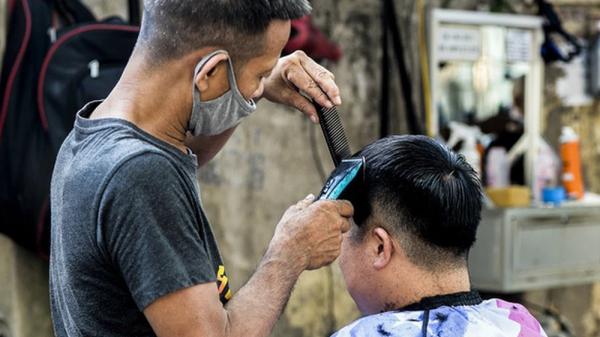 Thượng úy công an bị đình chỉ công tác do đi lấy ráy tai, hớt tóc trong lúc giãn cách