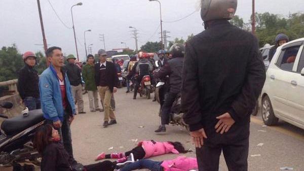 Mẹ gào khóc thảm thiết bên thi thể hai con gái bị xe cán tử vong