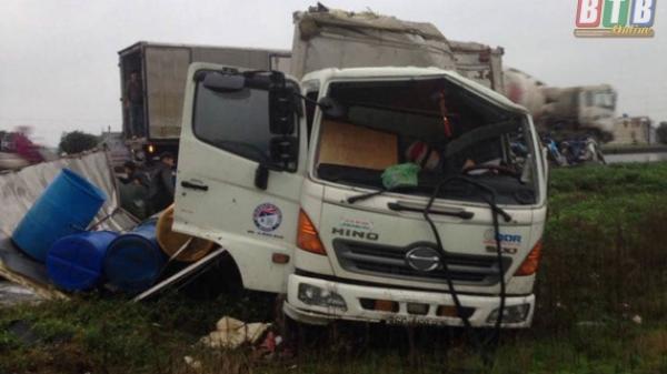 Thái Bình: Xe tải mất lái rơi xuống ruộng