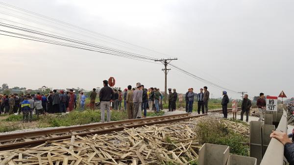 Tàu hỏa lao đến hất văng chiếc xe máy, người đàn ông quê Thái Bình và người phụ nữ chưa rõ danh tính chết tại chỗ