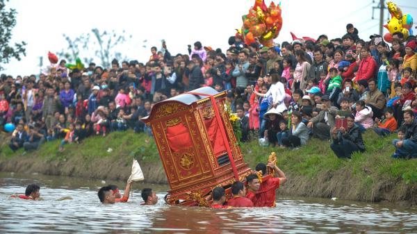 Nghi lễ rước kiệu dưới nước kỳ lạ ở Thái Bình