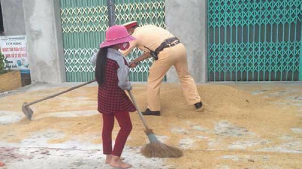 Cảnh sát giao thông giúp dân dọn lúa 'chạy' mưa, quét đinh giữa trời nắng