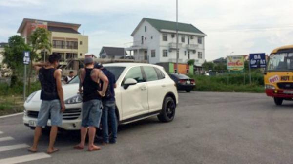 Hàng chục thanh niên hỗn chiến, bỏ lại chiếc Porsche móp méo
