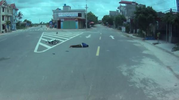 """Thái Bình: Vượt xe tải sai luật, xe máy bị tông ngã """"mài"""" mặt xuống đường"""