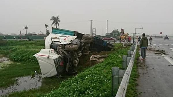Quỳnh Phụ (Thái Bình): Va chạm với ô tô 4 chỗ, xe container lao xuống sông, một người nhập viện
