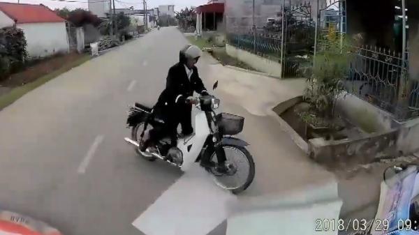 Thái Bình: Hot clip tài xế ô tô phanh cháy lốp sau pha sang đường của cụ ông
