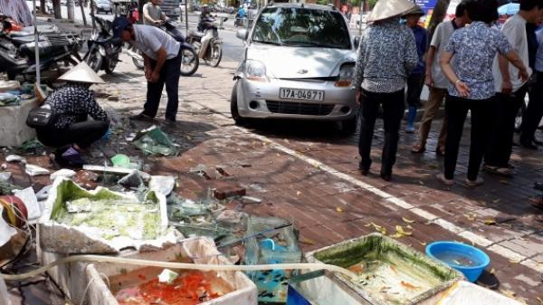 Thái Bình: Ô tô mất lái lao lên vỉa hè, nhiều người may mắn thoát chết