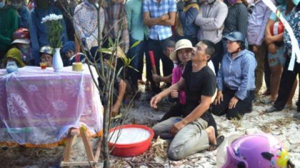 Bé trai Quảng Bình mất tích: Cạnh thi thể có dao