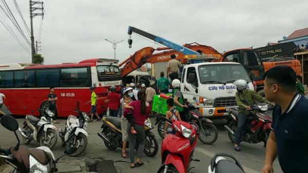 Va chạm kinh hoàng giữa xe khách và xe du lịch, làm 14 người chủ yếu quê Thái Bình bị thương nặng
