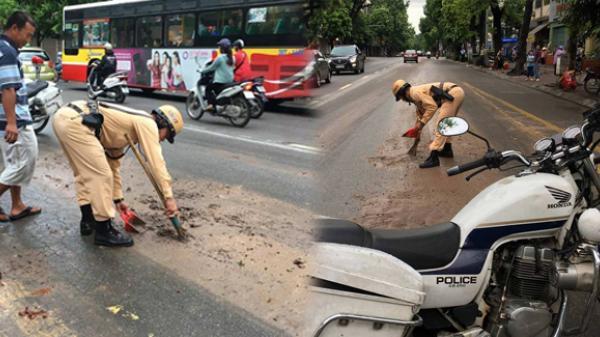 Ấm lòng hình ảnh CSGT dọn bùn đất đảm bảo ATGT trên đường