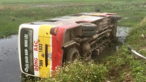 """Thanh Hóa: Xe buýt bất ngờ lao xuống ruộng, hàng chục hành khách """"tắm"""" bùn"""