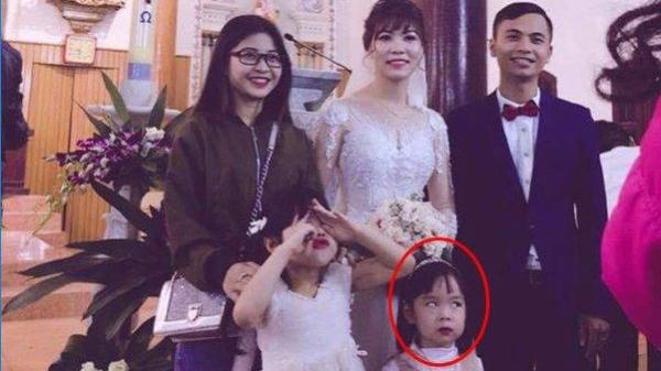 Bức ảnh đám cưới 'hot' nhất mạng xã hội: Không phải vì cô dâu xinh mà vì một ánh mắt...