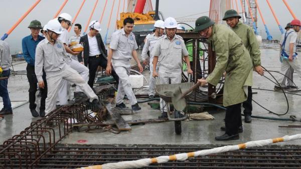 Quảng Ninh: Mẻ vữa đầu đổ xuống bản dầm cuối nối thông cầu Bạch Đằng