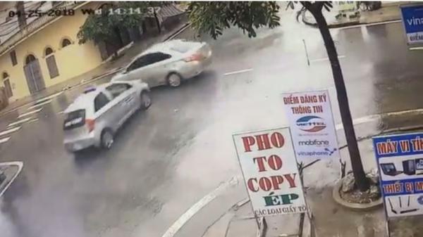 """Nam Định: Tai nạn kinh hoàng taxi phóng nhanh, tông trúng ô tô ngay ngã tư """"tử thần"""""""