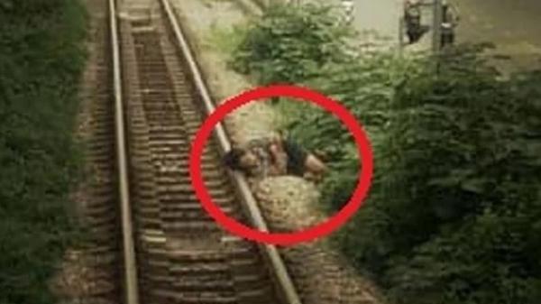 Thanh niên 'điếc không sợ súng', vô tư gối đầu ngủ trên đường ray xe lửa, còi tàu inh ỏi vẫn không thể tỉnh giấc