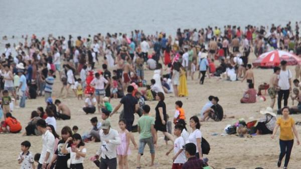 Bất chấp thời tiết se lạnh du khách vẫn chen nhau tắm biển Hạ Long