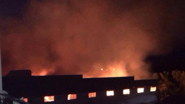 Nóng: Cháy lớn nhiều giờ tại kho hàng của nhà máy trong Khu Công nghiệp