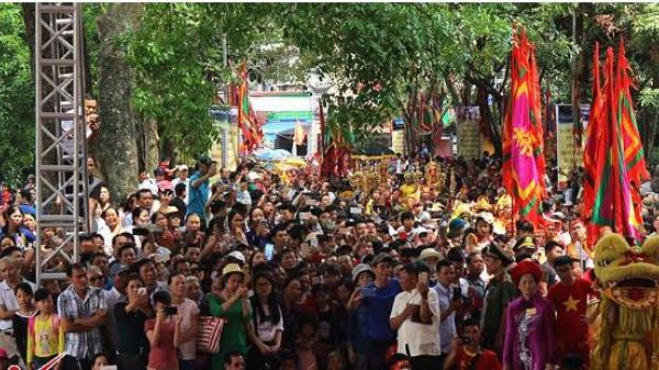 Đường làng Đình Bảng (Bắc Ninh) nêm chặt người xem rước kiệu