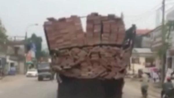 Thái Nguyên: Xe tải chở gạch theo phong cách làm xiếc thăng bằng khiến bà con sợ hãi né xa