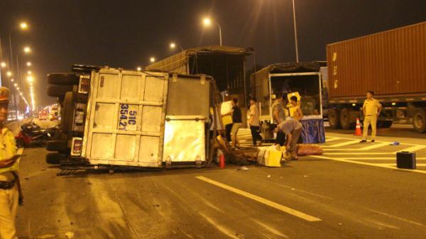 Tài xế ngủ gật, xe tải tông nhau lật nhào trên đường cao tốc 1 người nhập viện cấp cứu