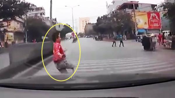 """Clip: Băng qua dải phân cách, nam thanh niên """"chui"""" gầm xe ôtô ở Quảng Ninh"""