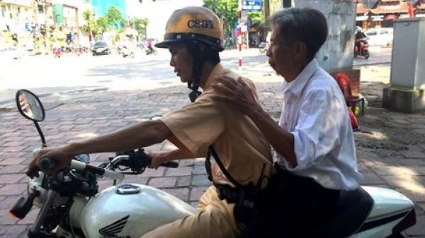 Người đàn ông lạc đoàn khách du lịch Thái Bình được Cảnh sát giao thông giúp đỡ