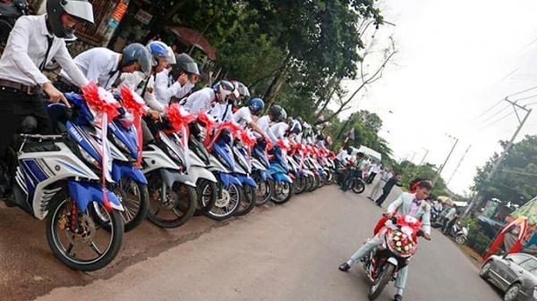 Đám rước dâu cực hoành tráng với dàn xe máy 30 chiếc cùng loại bị dân mạng nhắc nhở chỉ vì điều này…